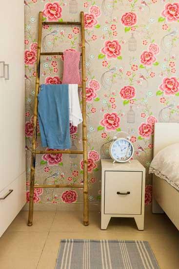בחדר השינה הדביקו את הטפט בקיר גב המיטה