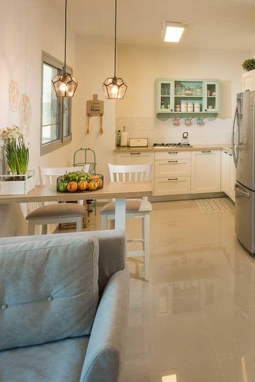 ליצירת עניין, תלו יחידת מידוף בגוון שונה מהארונות המטבח