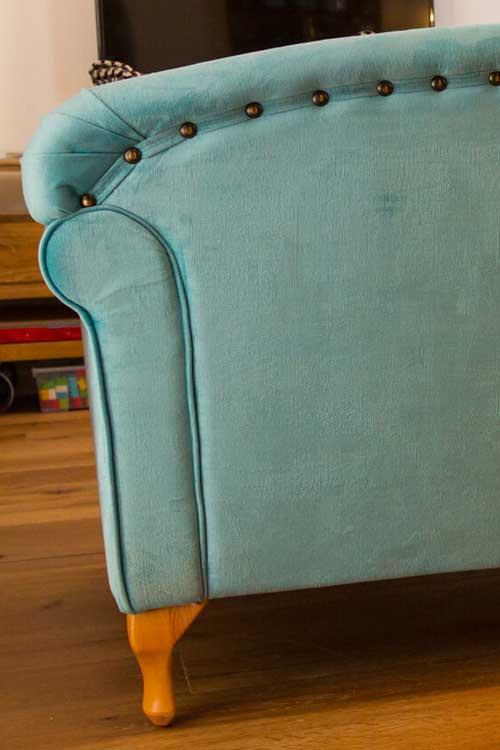 לא פחות חשוב גב ספה מעוצב למי שלא מצמיד את הספה לקיר