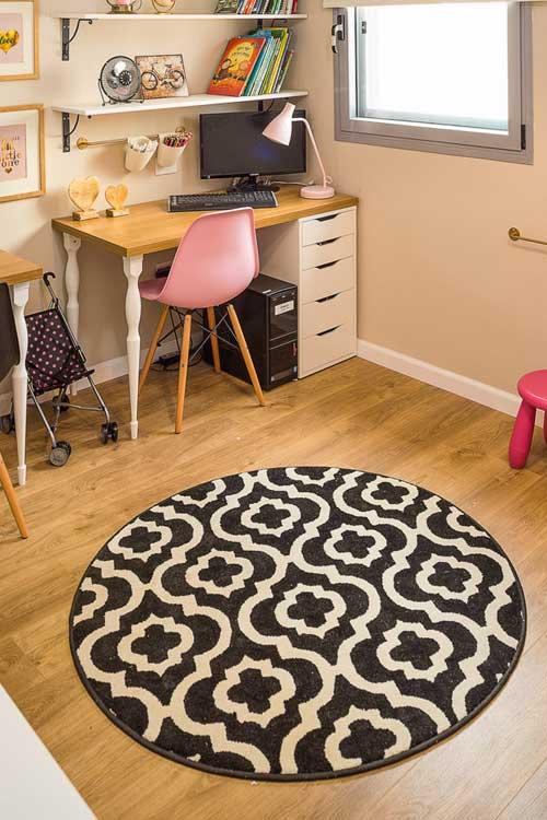 שברו את המבנה הריבועי של החדר בעזרת שטיח עגול