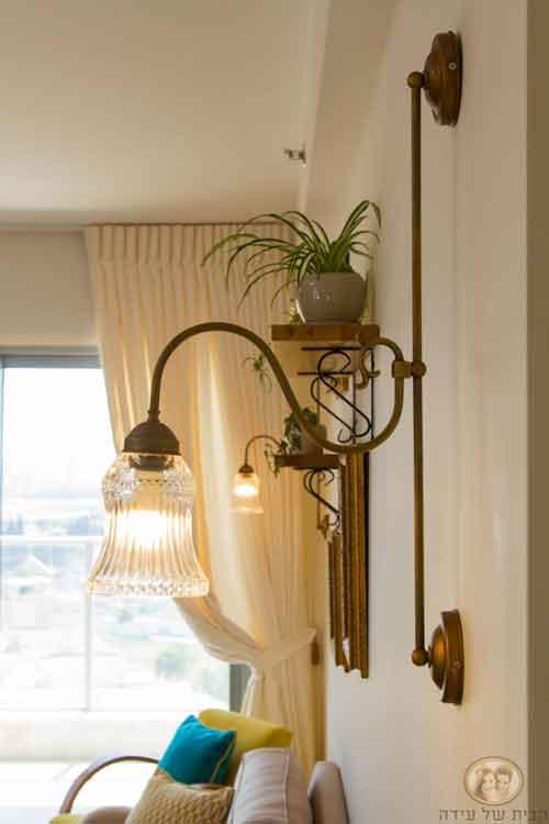 צרו מראה מרשים על ידי תליית מנורת אורסולה משני צידי הספה