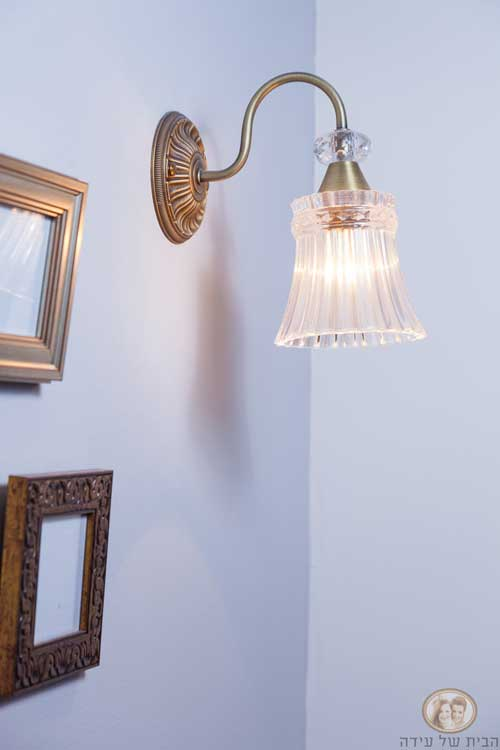 תלו מנורת קיר שיקית על קיר מודגש בצבע